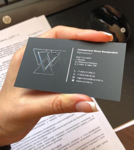 Визитки на черном тач-кавере, выборочное лакирование и шелкография белым цветом