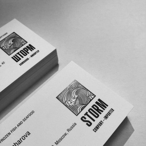 Визитки на высокобелом тач-кавере, выборочное лакирование логотипа