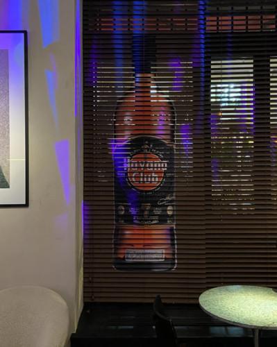 """Наклейка на жалюзи для бара """"Мо"""" в Москве. Пленка Ораджет со съемным клеем, контурная резка"""