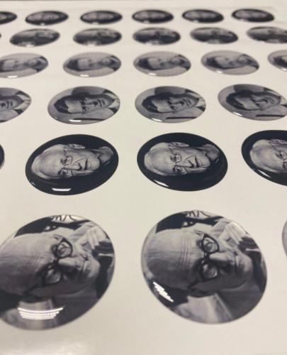 Круглые объемные наклейки из эпоксидной смолы с фотографиями знаменитых архитекторов. Диаметр - 40 мм